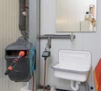 Waschecke mit Wasseranschluß, Ausgußbecken und Abwasserschlauchanschluss.