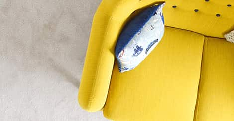 Gelbes Sofa mit Kissen